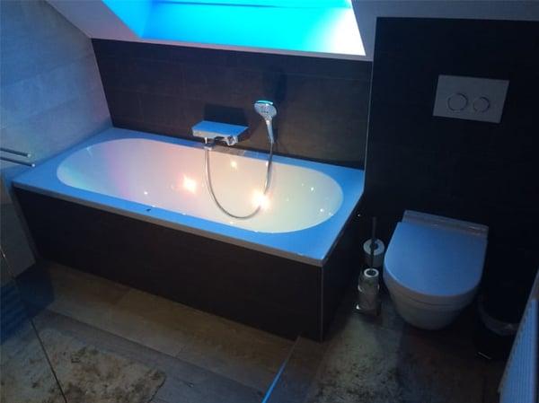 salle de bain avec éclairage