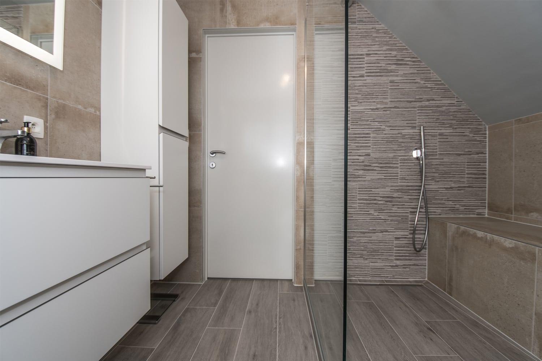 douche à l'italienne avec paroi en verre encastrée